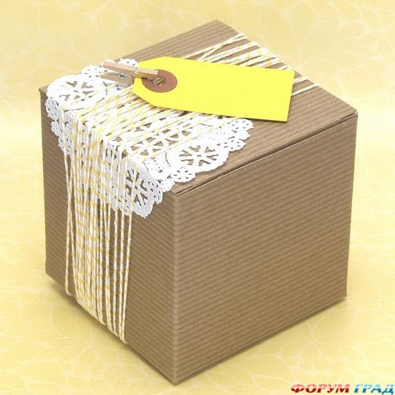 Упаковка подарка на день рождения в крафт бумагу
